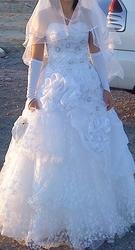 Продам красивое свадебное платье белого цвета,  пышное. Размер 44. Прои